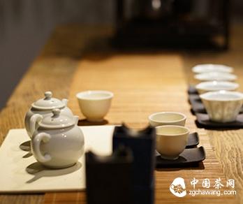 茶席清幽,人亦淡雅