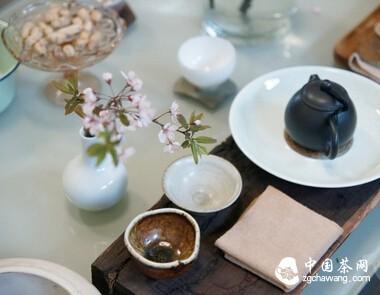 为你的茶室添一抹花色,五步学会茶室插花