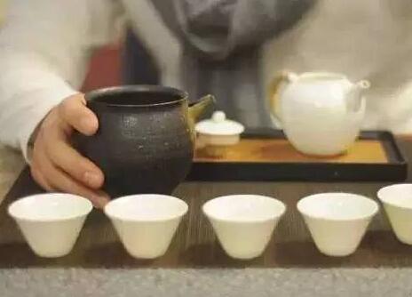饮一杯热茶,暖流在心头涌动