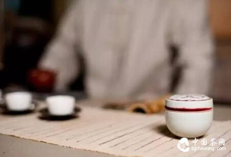 【一席间】放下手机  低头喝茶吧